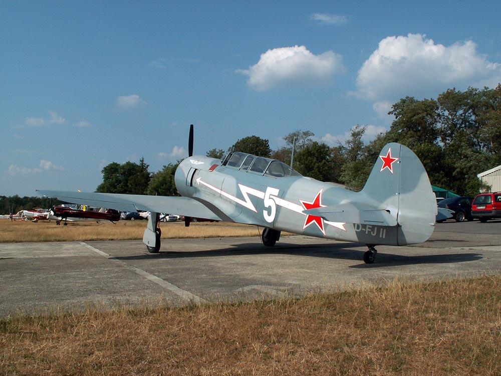 Yak-11_D-FJII_2005-07-29_1.jpg