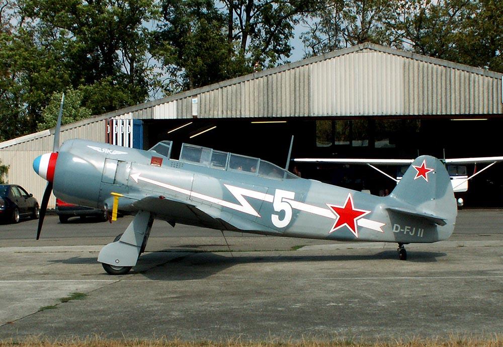 Yak-11_D-FJII_2005-07-29_2.jpg